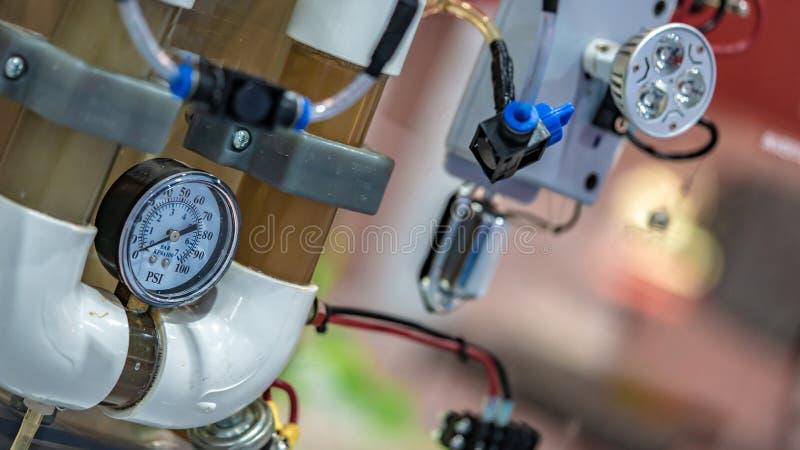 Панель измерения давления в лаборатории науки стоковые фото