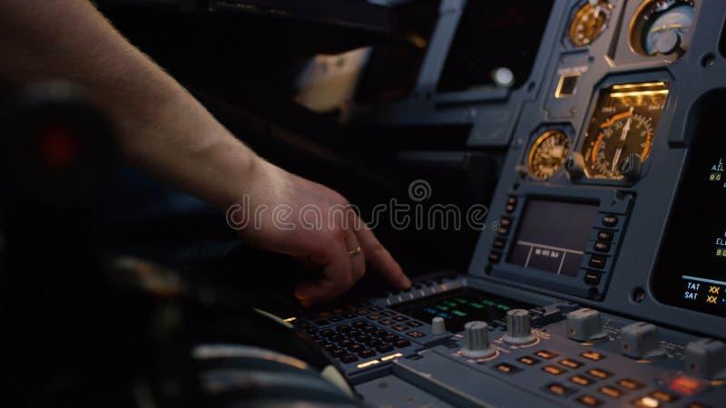 Панель переключателей на кабине экипажа воздушных судн Управляющий элемент автопилота авиалайнера Пилот контролирует воздушные су стоковое изображение rf