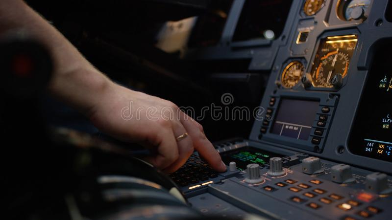 Панель переключателей на кабине экипажа воздушных судн Управляющий элемент автопилота авиалайнера Пилот контролирует воздушные су стоковые изображения