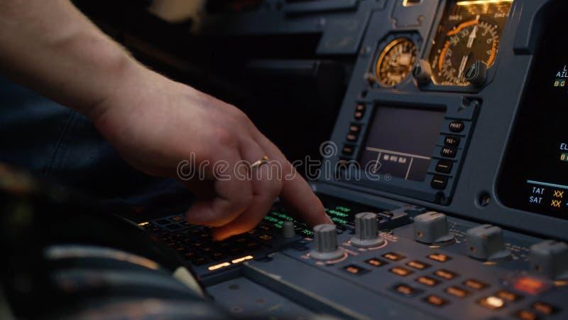 Панель переключателей на кабине экипажа воздушных судн Управляющий элемент автопилота авиалайнера Пилот контролирует воздушные су стоковая фотография rf
