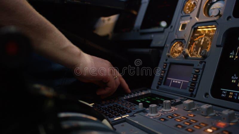 Панель переключателей на кабине экипажа воздушных судн Управляющий элемент автопилота авиалайнера Пилот контролирует воздушные су стоковые фото