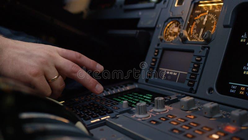 Панель переключателей на кабине экипажа воздушных судн Управляющий элемент автопилота авиалайнера Пилот контролирует воздушные су стоковое фото
