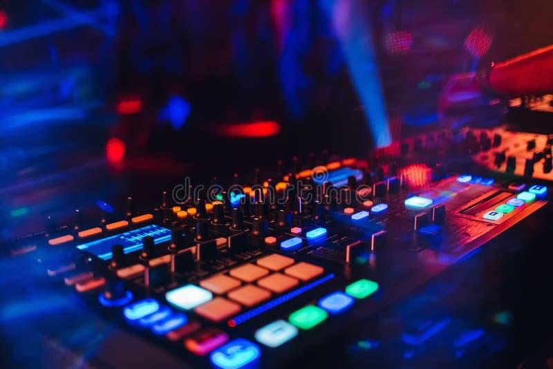 Панель регулятора смесителя DJ для электронной музыки стоковые изображения