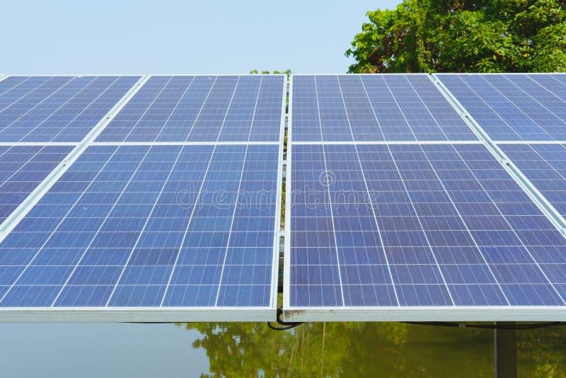 панель фотоэлемента для водяной помпы в ферме возобновляющая энергия в земледелии стоковые изображения rf