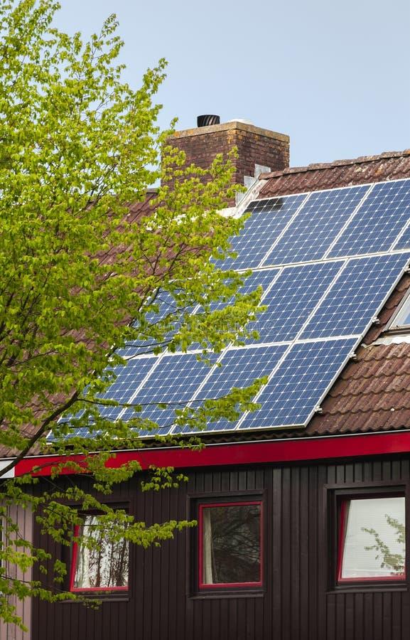Панели солнечной энергии на крыше дома стоковые фото