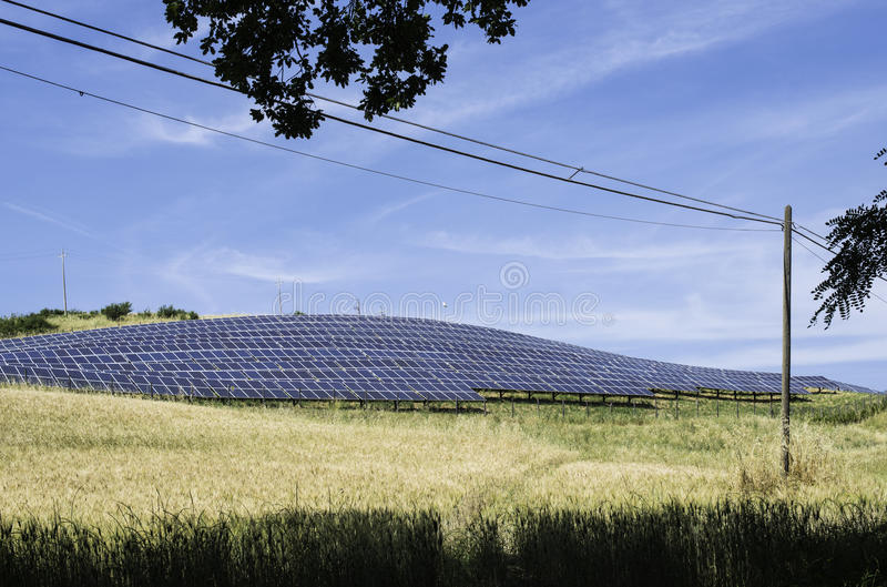 Панели солнечных батарей в сельском стоковое изображение