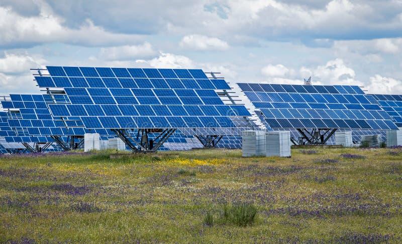 Панели солнечных батарей - зеленая чистая возобновляющая энергия стоковое фото rf