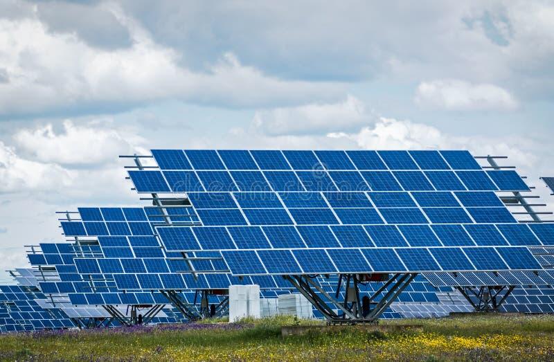 Панели солнечных батарей - зеленая чистая возобновляющая энергия стоковое изображение rf