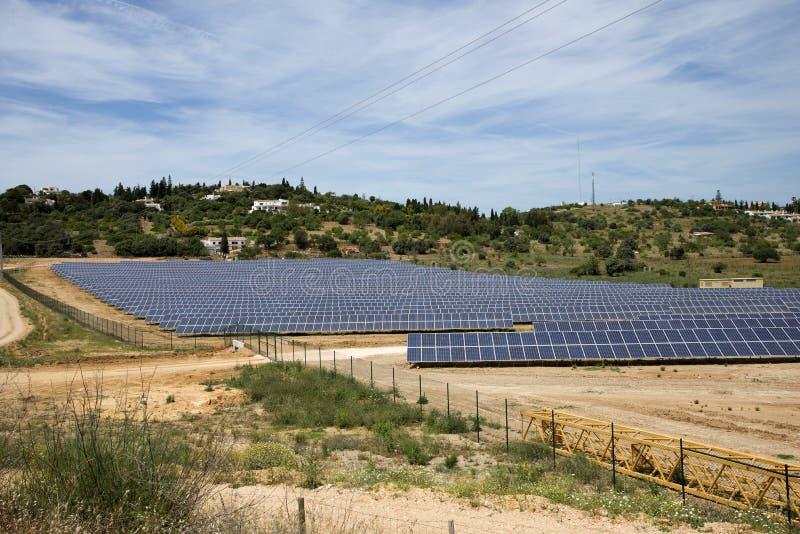 Панели солнечных батарей на аграрном крае в Португалии стоковые изображения rf