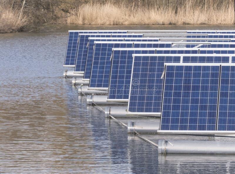 Панели солнечных батарей на воде стоковая фотография rf