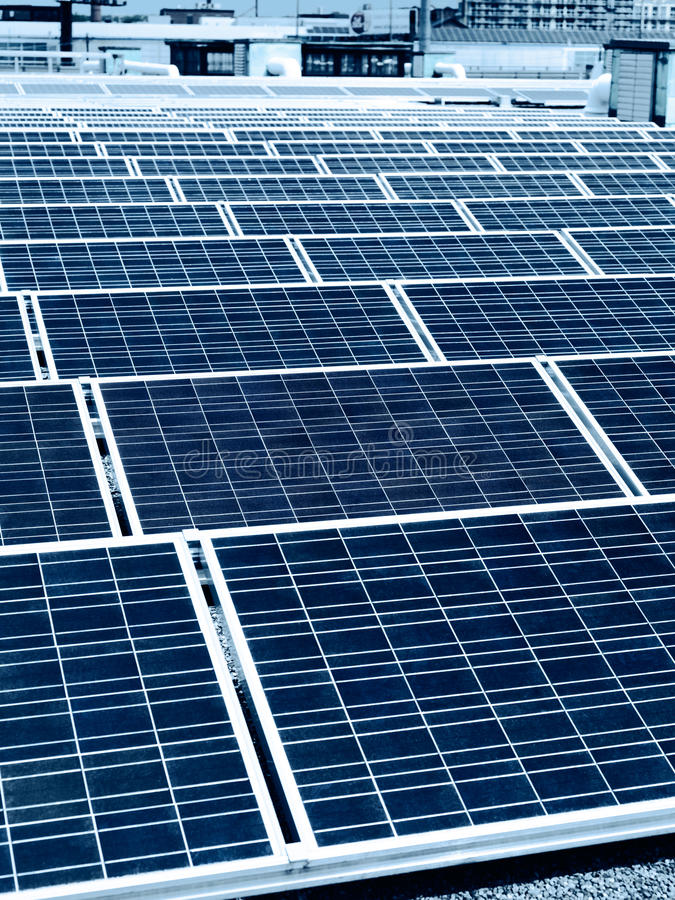 Панели солнечных батарей на крыше здания стоковое фото