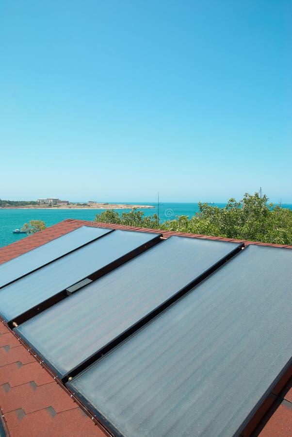 Панели солнечных батарей на крыше стоковые изображения