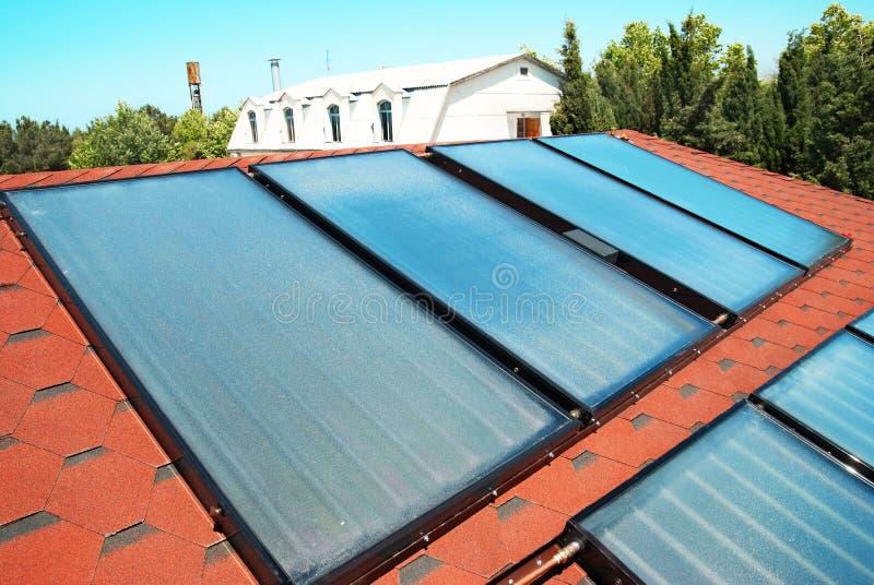 Панели солнечных батарей на крыше стоковая фотография