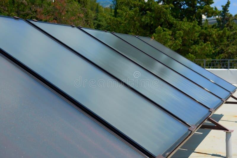 Панели солнечных батарей на крыше стоковые фотографии rf