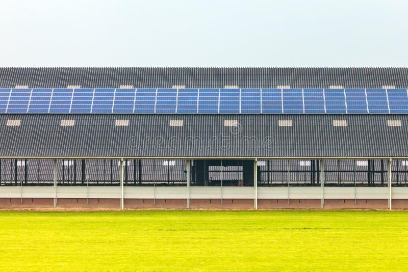 Панели солнечных батарей на новом амбаре фермы стоковая фотография