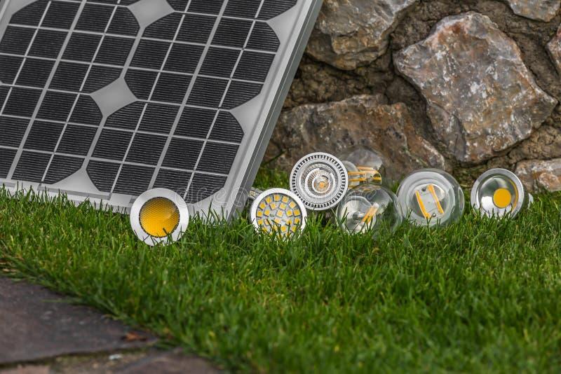 Панель солнечных батарей и различные шарики E27, bul СИД, галоида и вольфрама стоковая фотография rf