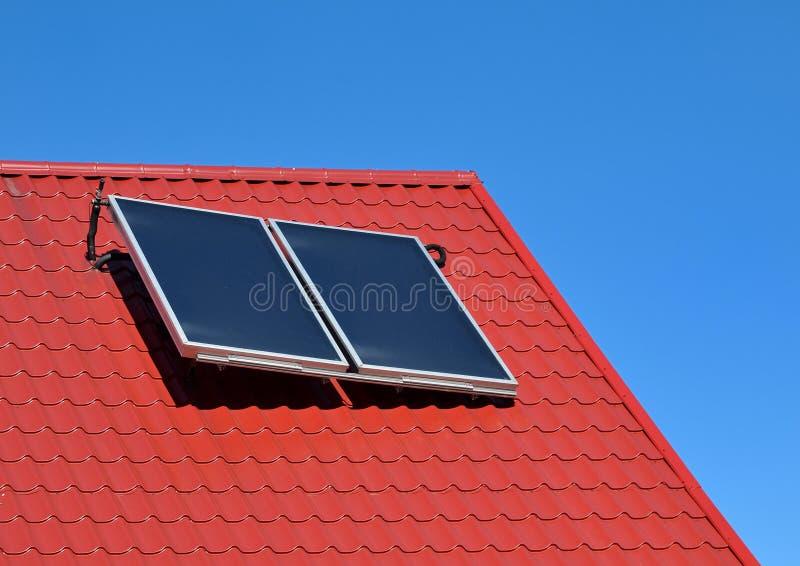 Панель солнечных батарей на красной крыше стоковые изображения rf