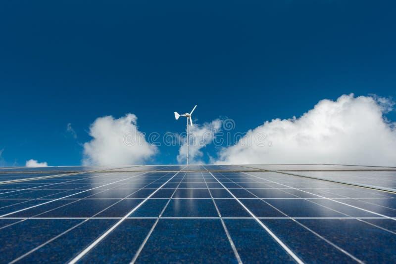 Панель солнечных батарей на крыше среды обитания стоковое изображение