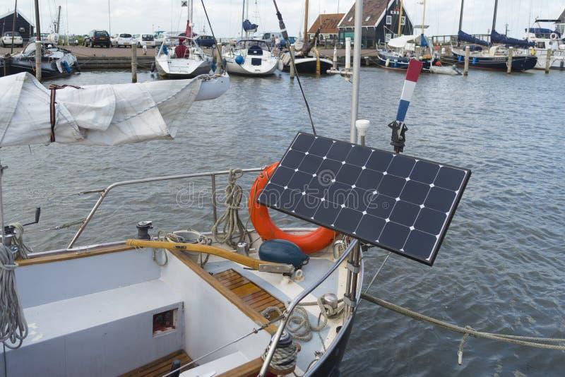 Панель солнечных батарей на яхте стоковая фотография