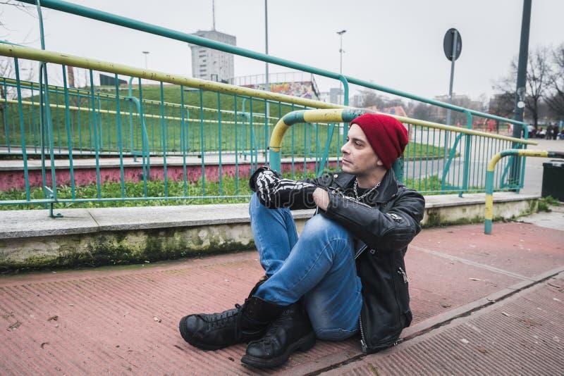 Панковский парень представляя в парке города стоковые изображения