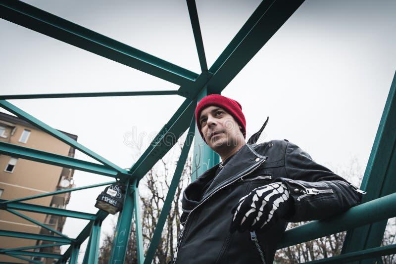 Панковский парень представляя в улицах города стоковые изображения rf
