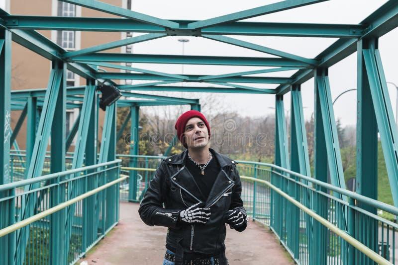 Панковский парень представляя в улицах города стоковая фотография rf