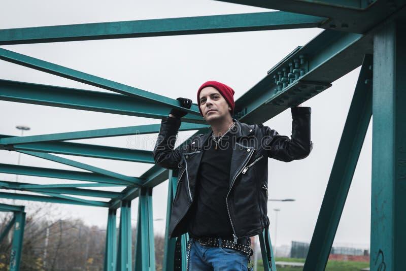 Панковский парень стоя на мосте стоковые изображения