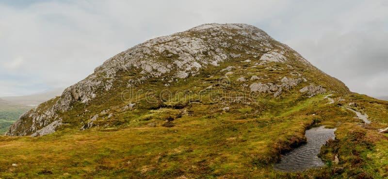 Панорама алмазного холма в Национальном парке Коннемара, графство Галуэй, Ирландия, день облаков и небо стоковая фотография
