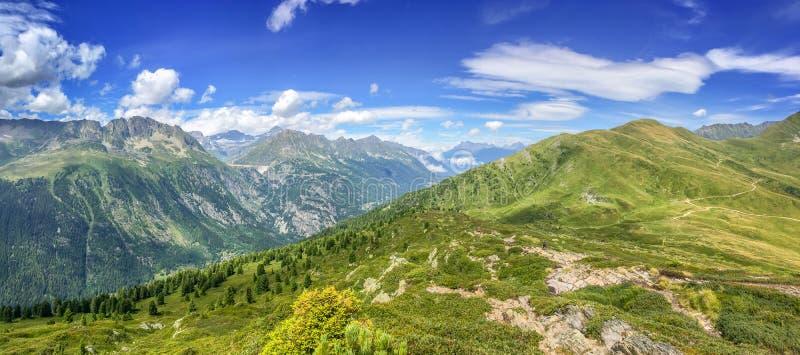 Панорама Альпов в лете Взгляд на запруде Emosson в Швейцарии стоковая фотография