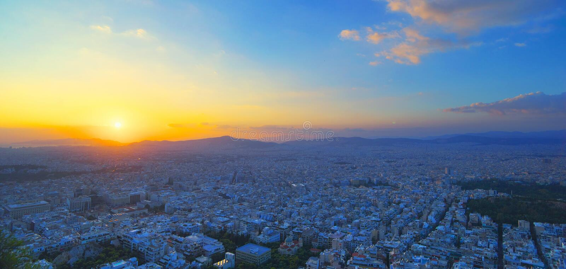 Панорама Афина на заходе солнца Красивый городской пейзаж с seashore под красным небом захода солнца Фотография перемещения панор стоковые фотографии rf