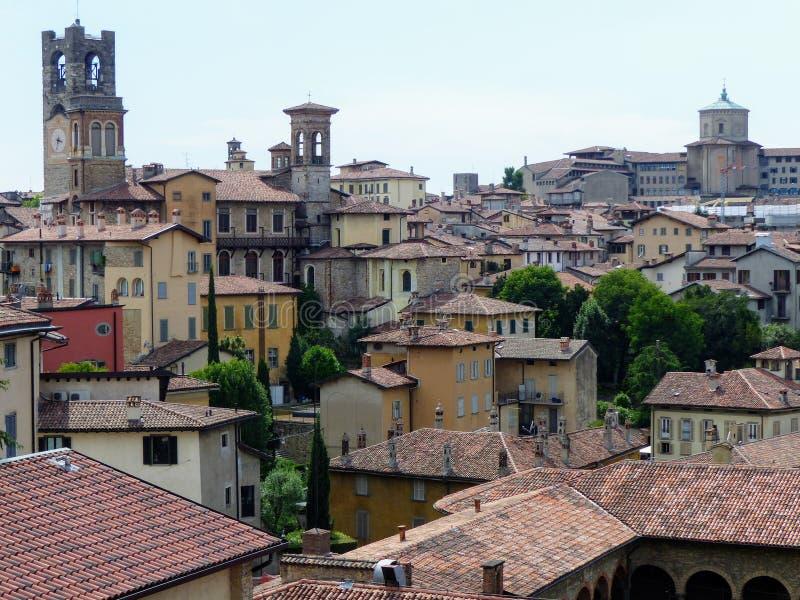 Панорама Бергама с башнями антиквариатов r стоковые изображения