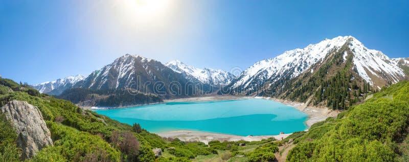 Панорама большого озера Алма-Ата, Казахстана стоковые изображения rf