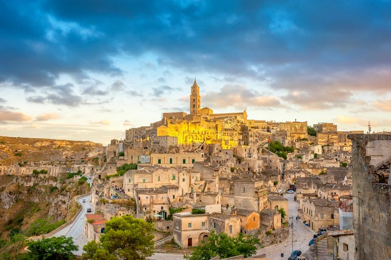Панорама величественного средневекового городка Matera во время красивого захода солнца стоковые фото