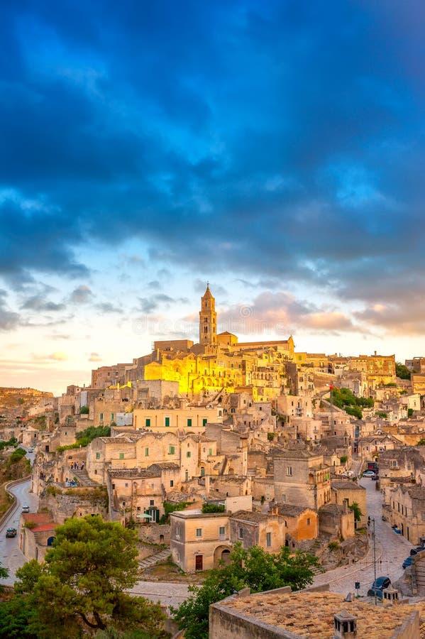 Панорама величественного средневекового городка Matera на красивом заходе солнца стоковая фотография rf