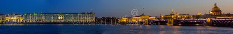 Панорама вечера Санкт-Петербурга, обители, России стоковые изображения