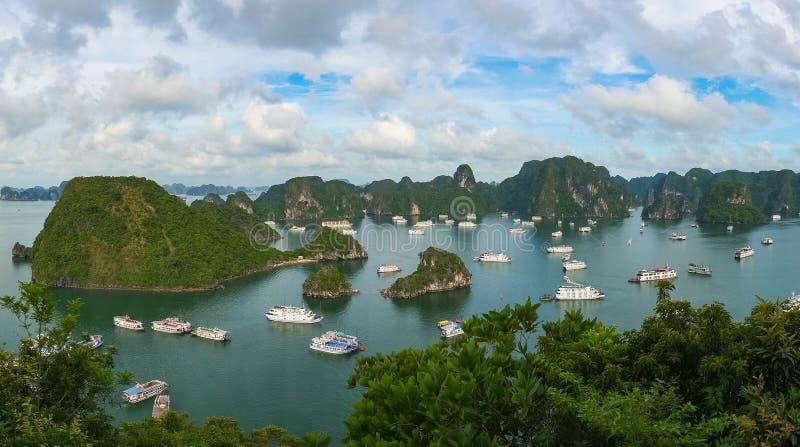 Панорама вида с воздуха залива Halong с шлюпками круиза стоковые фото