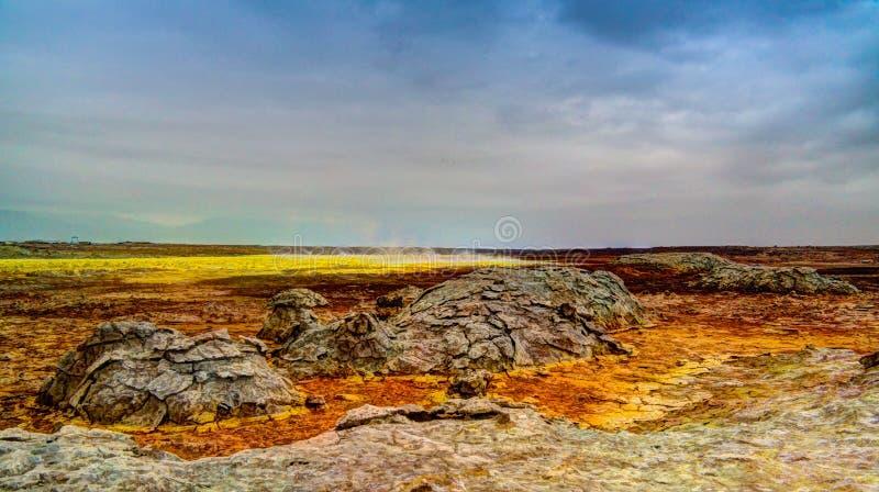 Download Панорама внутри кратера Dallol вулканического в депрессии Danakil, Эфиопии Стоковое Изображение - изображение насчитывающей озеро, бобра: 81815085