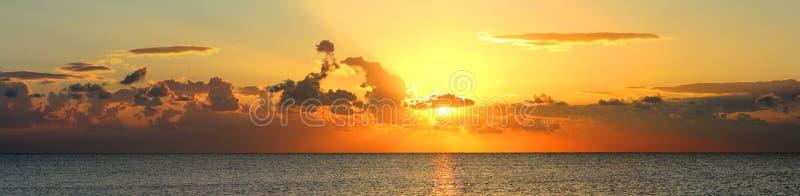 Панорама восхода солнца над морем стоковые изображения