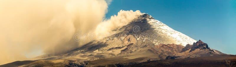 Панорама вулкана Котопакси во время извержения 2015 стоковая фотография rf