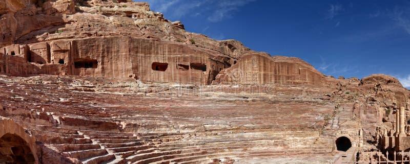 панорама Высоко-разрешения от амфитеатра Nabataean в городке утеса и некрополе Petra стоковое фото