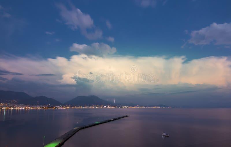 Панорама гавани города Alanya в вечере с освещением стоковое фото rf
