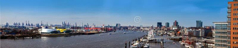 Панорама гавани и порта Гамбурга на красивый предыдущий весенний день стоковая фотография