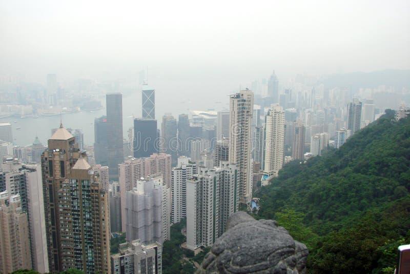 Панорама Гонконга небоскребов мегалополисов окруженных заливом моря стоковое фото