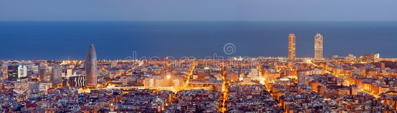 Панорама горизонта Барселоны на ноче стоковая фотография