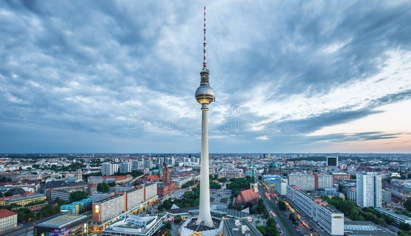 Панорама горизонта Берлина с башней ТВ на Alexanderplatz в сумерк, Германии стоковые фотографии rf
