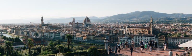 Панорама горизонта Флоренса от Piazzale Микеланджело, туристов на платформе просмотра стоковые изображения rf
