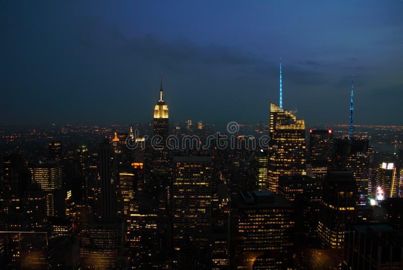 Панорама горизонта New York City Манхаттан на ноче стоковые фотографии rf