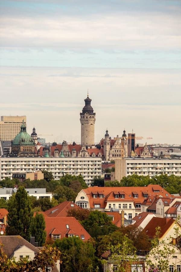 Панорама города Лейпцига Германии с высотными зданиями, ратушей и церков стоковое фото