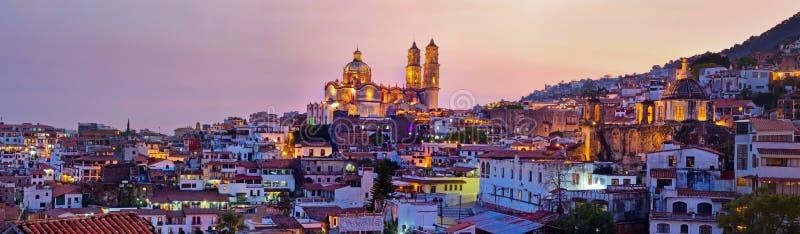 Панорама города на заходе солнца, Мексики Taxco стоковые фотографии rf