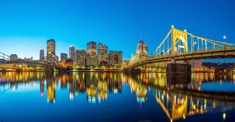Панорама городского Питтсбурга на сумерк стоковое фото